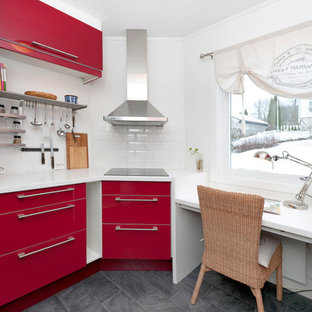 Inspiration för avskilda, små moderna u-kök, med en dubbel diskho, släta luckor, röda skåp, laminatbänkskiva, vitt stänkskydd, stänkskydd i keramik, rostfria vitvaror och betonggolv