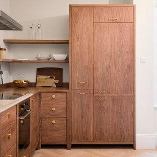 ロンドンの小さいモダンスタイルのおしゃれなキッチン (ドロップインシンク、フラットパネル扉のキャビネット、濃色木目調キャビネット、コンクリートカウンター、グレーのキッチンパネル、ガラス板のキッチンパネル、シルバーの調理設備の、淡色無垢フローリング、アイランドなし、ベージュの床、グレーのキッチンカウンター) の写真