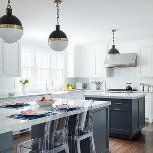 Inspiration för ett vintage grå grått l-kök, med en rustik diskho, marmorbänkskiva, vitt stänkskydd, flera köksöar, brunt golv, mörkt trägolv, skåp i shakerstil, vita skåp och stänkskydd i tunnelbanekakel