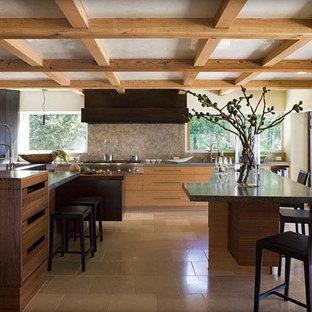 Große Moderne Wohnküche mit Doppelwaschbecken, flächenbündigen Schrankfronten, hellen Holzschränken, Quarzwerkstein-Arbeitsplatte, bunter Rückwand, schwarzen Elektrogeräten, Kalkstein und zwei Kücheninseln in San Francisco
