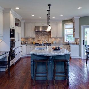 Immagine di una cucina classica con top in granito