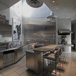 Industrial Küche mit Küchengeräten aus Edelstahl, Edelstahlfronten, Edelstahl-Arbeitsplatte, flächenbündigen Schrankfronten, Küchenrückwand in Metallic und Rückwand aus Metallfliesen in Los Angeles