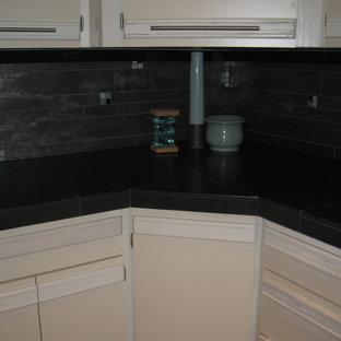 Idéer för mellanstora funkis u-kök, med en undermonterad diskho, släta luckor, vita skåp, kaklad bänkskiva, stänkskydd med metallisk yta, stänkskydd i porslinskakel, rostfria vitvaror, ljust trägolv och en köksö