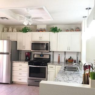 Idee per una piccola cucina chic con lavello a doppia vasca, ante a filo, ante bianche, top in quarzo composito, paraspruzzi bianco, paraspruzzi in gres porcellanato, elettrodomestici in acciaio inossidabile, pavimento in gres porcellanato, nessuna isola e pavimento rosa
