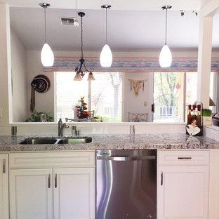 ラスベガスの小さいトランジショナルスタイルのおしゃれなキッチン (ダブルシンク、インセット扉のキャビネット、白いキャビネット、クオーツストーンカウンター、白いキッチンパネル、磁器タイルのキッチンパネル、シルバーの調理設備、磁器タイルの床、アイランドなし、ピンクの床) の写真