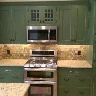 Mittelgroße Landhaus Küche in U-Form mit Schrankfronten im Shaker-Stil, grünen Schränken, Granit-Arbeitsplatte, bunter Rückwand, Rückwand aus Steinfliesen, Kücheninsel, Landhausspüle, Küchengeräten aus Edelstahl und hellem Holzboden in Sonstige