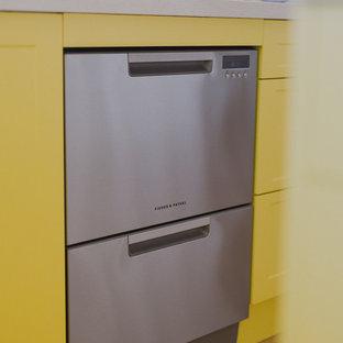 Tropenstil Küche mit gelben Schränken und Kücheninsel in Hobart
