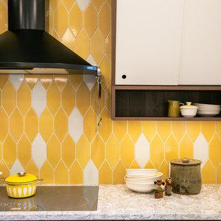 デンバーの広いミッドセンチュリースタイルのおしゃれなキッチン (ドロップインシンク、黄色いキッチンパネル、セラミックタイルのキッチンパネル、淡色無垢フローリング、ベージュの床、ベージュのキッチンカウンター) の写真