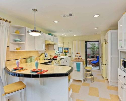 cuisine avec une cr dence jaune et une cr dence en carrelage m tro photos et id es d co de. Black Bedroom Furniture Sets. Home Design Ideas