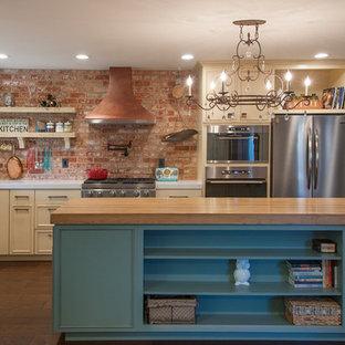 Идея дизайна: угловая кухня в стиле фьюжн с раковиной в стиле кантри, бежевыми фасадами, техникой из нержавеющей стали, островом, разноцветным фартуком, темным паркетным полом, столешницей из цинка и фасадами с выступающей филенкой