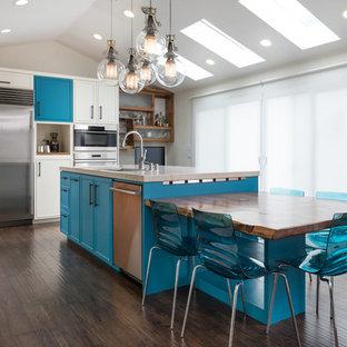サンフランシスコの大きいエクレクティックスタイルのおしゃれなキッチン (アンダーカウンターシンク、インセット扉のキャビネット、ターコイズのキャビネット、クオーツストーンカウンター、青いキッチンパネル、モザイクタイルのキッチンパネル、シルバーの調理設備の、ラミネートの床、マルチカラーの床、ベージュのキッチンカウンター) の写真