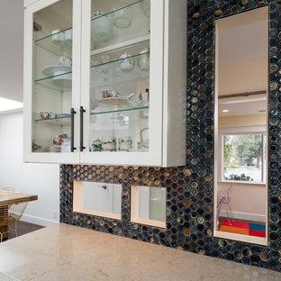 Foto di una grande cucina eclettica con lavello sottopiano, ante a filo, ante turchesi, top in legno, paraspruzzi blu, paraspruzzi con piastrelle a mosaico, elettrodomestici in acciaio inossidabile, pavimento in laminato, isola, pavimento marrone e top beige
