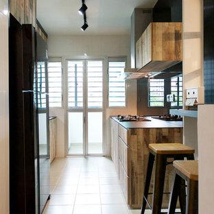 シンガポールのインダストリアルスタイルのおしゃれなパントリー (シングルシンク、中間色木目調キャビネット、タイルカウンター、黒いキッチンパネル、ガラス板のキッチンパネル) の写真