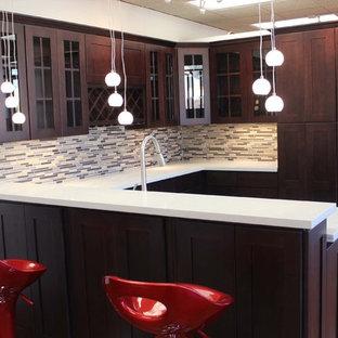 フェニックスの小さいサンタフェスタイルのおしゃれなキッチン (アンダーカウンターシンク、シェーカースタイル扉のキャビネット、濃色木目調キャビネット、御影石カウンター、マルチカラーのキッチンパネル、ガラスタイルのキッチンパネル、シルバーの調理設備の、セラミックタイルの床) の写真