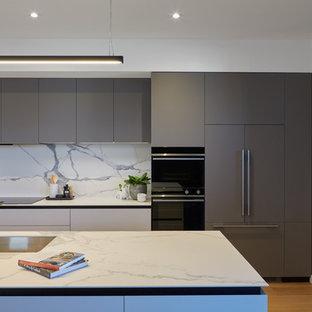 パースのコンテンポラリースタイルのおしゃれなキッチン (タイルカウンター、白いキッチンパネル、磁器タイルのキッチンパネル、シルバーの調理設備、淡色無垢フローリング、白いキッチンカウンター) の写真