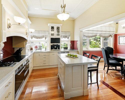 Große klassische wohnküche in u form mit waschbecken schrankfronten mit vertiefter füllung weißen