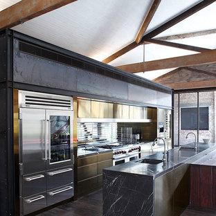 シドニーの大きいエクレクティックスタイルのおしゃれなキッチン (フラットパネル扉のキャビネット、メタルタイルのキッチンパネル、シルバーの調理設備の、無垢フローリング) の写真