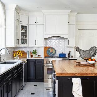 Источник вдохновения для домашнего уюта: п-образная кухня среднего размера в стиле кантри с фасадами в стиле шейкер, столешницей из кварцевого агломерата, белым фартуком, фартуком из керамогранитной плитки, техникой из нержавеющей стали, полом из керамогранита, островом, белой столешницей, врезной раковиной, разноцветным полом и черно-белыми фасадами