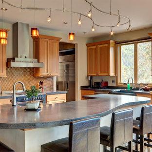 Esempio di una cucina rustica con lavello stile country, ante in legno scuro, top in cemento, elettrodomestici in acciaio inossidabile, parquet chiaro, isola, top grigio, ante in stile shaker, paraspruzzi marrone e pavimento beige