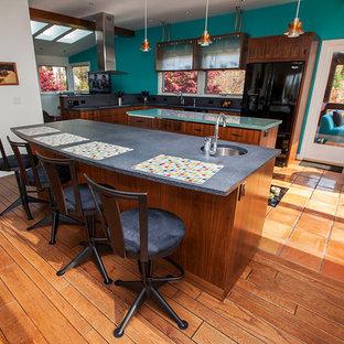 Foto di una cucina a L chic di medie dimensioni e chiusa con lavello sottopiano, ante lisce, ante in legno bruno, top in cemento, paraspruzzi grigio, paraspruzzi in gres porcellanato, elettrodomestici neri, pavimento in terracotta, isola e pavimento rosso