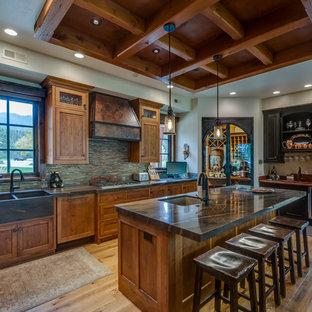 他の地域の大きいラスティックスタイルのおしゃれなキッチン (エプロンフロントシンク、シェーカースタイル扉のキャビネット、中間色木目調キャビネット、マルチカラーのキッチンパネル、淡色無垢フローリング、大理石カウンター、ボーダータイルのキッチンパネル、シルバーの調理設備の、茶色い床) の写真