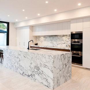 Exempel på ett modernt kök, med travertin golv
