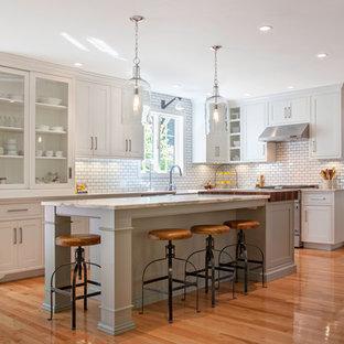 Foto di una cucina country con ante bianche, paraspruzzi bianco, paraspruzzi con piastrelle diamantate e elettrodomestici in acciaio inossidabile
