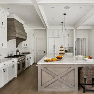 ボストンの広いカントリー風おしゃれなキッチン (アンダーカウンターシンク、白いキャビネット、大理石カウンター、白いキッチンパネル、サブウェイタイルのキッチンパネル、シルバーの調理設備、白いキッチンカウンター、シェーカースタイル扉のキャビネット、無垢フローリング、格子天井) の写真