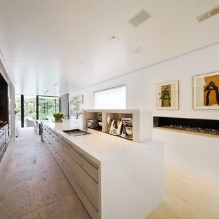Idées déco pour une cuisine ouverte parallèle moderne avec un placard à porte plane.