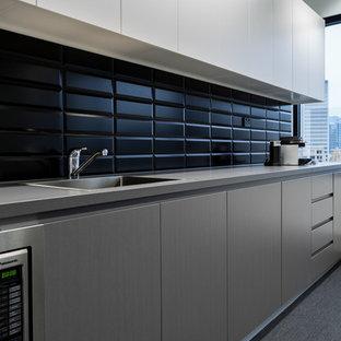 Zweizeilige, Mittelgroße Moderne Wohnküche mit Landhausspüle, Quarzwerkstein-Arbeitsplatte, Küchenrückwand in Schwarz, Küchengeräten aus Edelstahl und Teppichboden in Sydney
