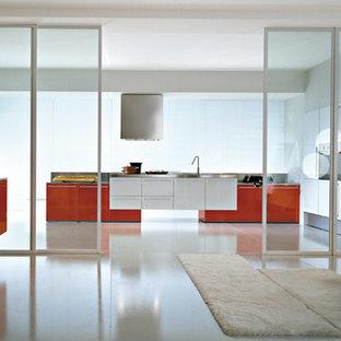 ニューヨークの広いコンテンポラリースタイルのおしゃれなキッチン (ドロップインシンク、フラットパネル扉のキャビネット、オレンジのキャビネット、クオーツストーンカウンター、シルバーの調理設備、メタリックのキッチンパネル) の写真