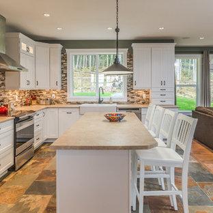 バンクーバーの大きいカントリー風おしゃれなキッチン (ダブルシンク、インセット扉のキャビネット、白いキャビネット、ラミネートカウンター、マルチカラーのキッチンパネル、モザイクタイルのキッチンパネル、シルバーの調理設備の、スレートの床、マルチカラーの床、ベージュのキッチンカウンター) の写真