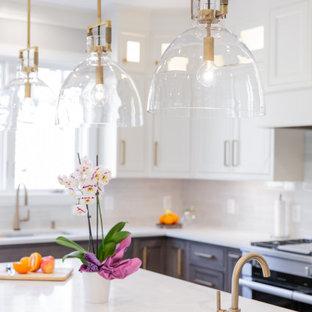Inspiration för stora klassiska vitt kök, med en enkel diskho, luckor med profilerade fronter, vita skåp, bänkskiva i kvarts, vitt stänkskydd, stänkskydd i keramik, rostfria vitvaror, mörkt trägolv, en köksö och brunt golv