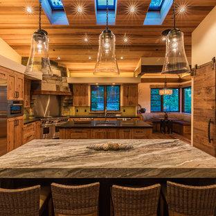 Urige Wohnküche in L-Form mit Unterbauwaschbecken, Schrankfronten im Shaker-Stil, hellen Holzschränken, Marmor-Arbeitsplatte, Küchenrückwand in Beige, Küchengeräten aus Edelstahl, braunem Holzboden, zwei Kücheninseln und braunem Boden in San Francisco