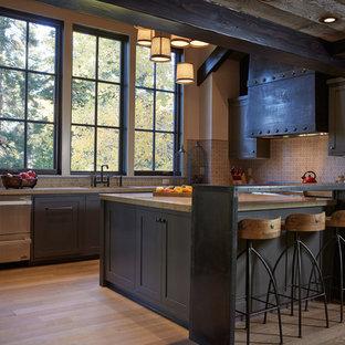 サンフランシスコのラスティックスタイルのおしゃれなキッチン (シェーカースタイル扉のキャビネット、青いキャビネット、パネルと同色の調理設備) の写真