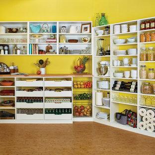 Geräumige Klassische Küche in U-Form mit Vorratsschrank, offenen Schränken, weißen Schränken, Arbeitsplatte aus Holz, Küchenrückwand in Gelb und hellem Holzboden in Orange County