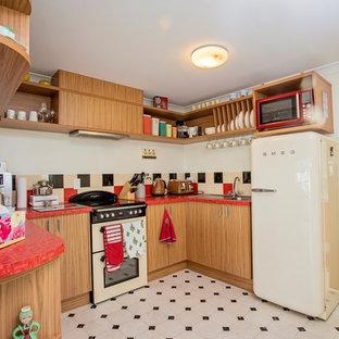 他の地域の中くらいのビーチスタイルのおしゃれなキッチン (中間色木目調キャビネット、マルチカラーのキッチンパネル、セラミックタイルのキッチンパネル、カラー調理設備、リノリウムの床、白い床、赤いキッチンカウンター) の写真