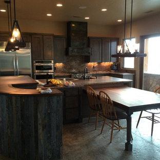 Große Urige Wohnküche in U-Form mit Schrankfronten im Shaker-Stil, grauen Schränken, Kupfer-Arbeitsplatte, Rückwand aus Stein, Küchengeräten aus Edelstahl, Betonboden und zwei Kücheninseln in Phoenix