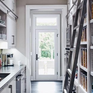 Idéer för ett klassiskt parallellkök, med vita skåp, stänkskydd med metallisk yta, stänkskydd i metallkakel, en enkel diskho och öppna hyllor