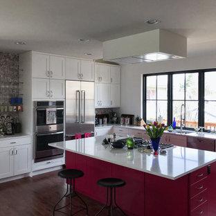 Immagine di una cucina tradizionale di medie dimensioni con lavello sottopiano, ante in stile shaker, ante rosa, top in quarzo composito, paraspruzzi a effetto metallico, elettrodomestici in acciaio inossidabile, parquet scuro, isola e top bianco