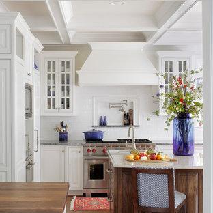 Ispirazione per una grande cucina abitabile classica con lavello a doppia vasca, ante con bugna sagomata, ante in legno scuro, top in marmo, paraspruzzi bianco, paraspruzzi con piastrelle diamantate, elettrodomestici in acciaio inossidabile, parquet scuro e pavimento marrone