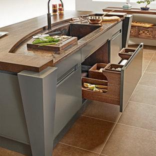 Kleine Asiatische Wohnküche in U-Form mit Schrankfronten mit vertiefter Füllung, hellen Holzschränken, Kupfer-Arbeitsplatte, Rückwand aus Stein, Kücheninsel und integriertem Waschbecken in Sonstige