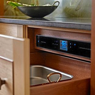 Kleine Asiatische Wohnküche in U-Form mit Einbauwaschbecken, Schrankfronten mit vertiefter Füllung, hellen Holzschränken, Kupfer-Arbeitsplatte, Küchenrückwand in Grün, Rückwand aus Stein, schwarzen Elektrogeräten und Kücheninsel in Sonstige
