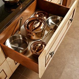 他の地域の中サイズのアジアンスタイルのおしゃれなキッチン (フラットパネル扉のキャビネット、淡色木目調キャビネット、マルチカラーのキッチンパネル、大理石の床、パネルと同色の調理設備、ベージュの床) の写真