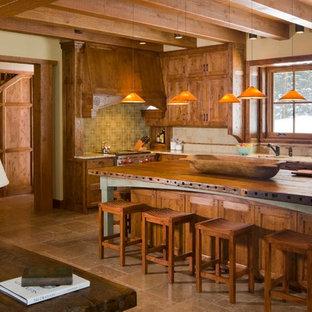 Inspiration pour une grande cuisine américaine sud-ouest américain en L avec un îlot central, un évier posé, un placard à porte shaker, des portes de placard en bois brun, un plan de travail en granite, une crédence multicolore, une crédence en carreau de céramique, un électroménager en acier inoxydable, un sol en carrelage de céramique et un sol beige.