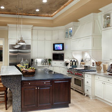 Mediterranean Kitchen by Romanelli & Hughes Custom Home Builders