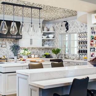 Foto de cocina en U, bohemia, con fregadero sobremueble, armarios con paneles empotrados, puertas de armario grises, salpicadero multicolor, electrodomésticos de acero inoxidable, dos o más islas, encimeras blancas y papel pintado