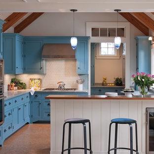 Inspiration för ett mellanstort eklektiskt kök, med en undermonterad diskho, skåp i shakerstil, blå skåp, granitbänkskiva, grått stänkskydd, stänkskydd i sten och korkgolv