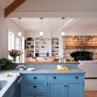 Выдающиеся фото от архитекторов и дизайнеров интерьера: п-образная кухня-гостиная среднего размера в стиле фьюжн с фасадами в стиле шейкер, синими фасадами, врезной раковиной, столешницей из гранита, серым фартуком, фартуком из каменной плиты и пробковым полом без острова