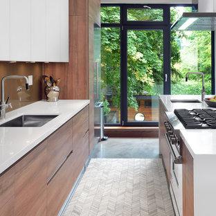 Offene, Zweizeilige Moderne Küche Mit Unterbauwaschbecken, Flächenbündigen  Schrankfronten, Hellbraunen Holzschränken, Küchenrückwand In